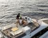 Prestige 420: Die Flybridge aus der Vogelperspektive - Eine Frau Sonnenhut sitzt am Steuer ein Mann steht daneben schaut in die Ferne